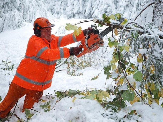Silničáři dokončují likvidaci popadaných stromů na úseku silnice Vsetín – Dušná – Bystřička