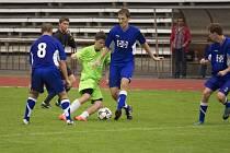 Fotbalisté Valašského Meziříčí B (modré dresy) doma prohráli s Vlachovicemi 1:4.