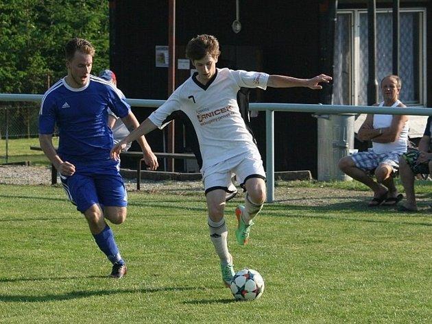 Fotbalisté Zašové (bílé dresy) porazili Kateřinice 3:2 po penaltách.