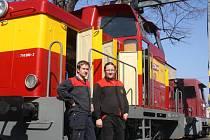 Strojvedoucí Bedřich Mišun (vpravo) u posunovací lokomotivy, o jejíž rekonstrukci se zasloužil.