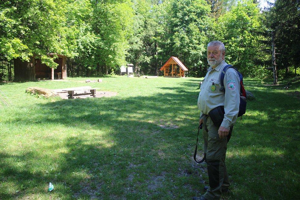 Jaromír Navrátil je dobrovolným strážcem CHKO Beskydy. Pulčínské skály mu učarovaly už v dětství. Je i okolí chrání už přes čtyřicet let. Dohlíží i nad pořádkem ve zdejším veřejném tábořišti.