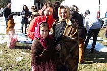 Filmový štáb začal posledního února s natáčením pohádky Největší dar. Z lokalit si filmaři vybrali z velké části prostředí Valašského muzea v přírodě v Rožnově pod Radhoštěm.Režisérka Marta Santovjáková Gerlíková s dcerou (vlevo) a dětskou herečkou Veroni