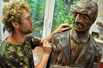 Řezbář Roman Mikuš ze Vsetína dokončuje ve své dílně sochu vynálezce, podnikatele a někdejšího starosty Vsetína Josefa Sousedíka.