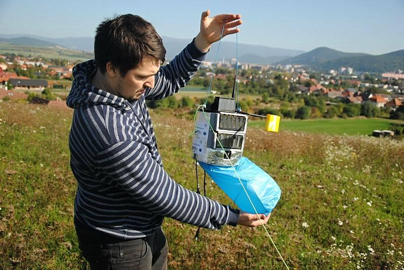 Vypouštění stratosférických balónů v Partizánskem (SK) - na snímku Jan Zítka při přípravě modulu se vzorky biologického materiálu; sobota 9. října 2021