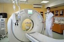 Vedoucí radiologický asistent Nemocnice AGEL Valašské Meziříčí s novým moderním CT přístrojem.
