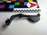Nalezená kovová spona ze starší doby římské.
