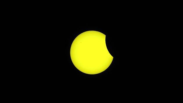 Pozorování částečného zatmění Slunce. Ilustrační foto.