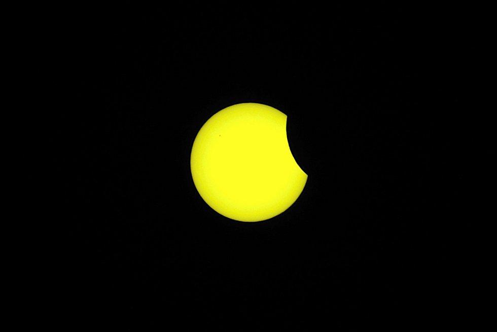 Pozorování částečného zatmění Slunce v areálu Hvězdárny Vsetín. Ilustrační foto.