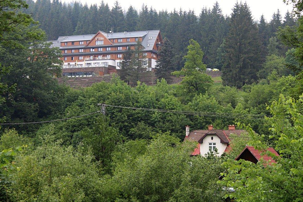 Hotel Tatra ve Velkých Karlovicích, v popředí dům Mikulcových.