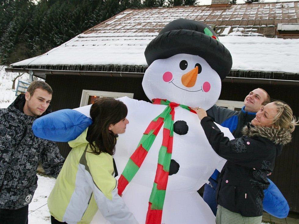 Nafukovací sněhulák ve Velkých Karlovicích