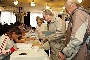 Voliči ve volební místnosti v Domě kultury ve Vsetíně. Volby do Poslanecké sněmovny Parlamentu ČR; pátek 20. října 2017