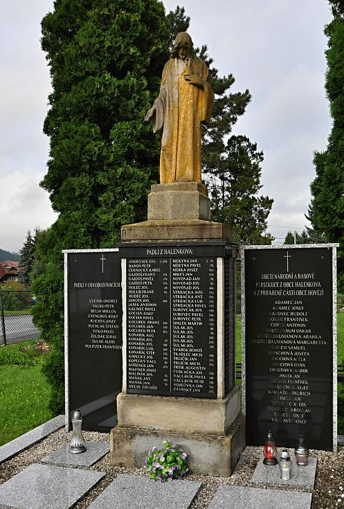 Halenkov - památník válečných obětí v centru obce.