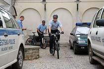 Strážníci ve Valašském Meziříčí dostali nové uniformy a kola. Do ulic se tak po nějaké době vrátily cyklohlídky.
