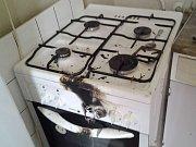 Vážným popálením skončila snaha seniora uhasit hořící sporák v kuchyni bytu na ulici Těšíkov ve Vsetíně