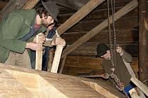 Řemeslníci ve Valašském muzeu v přírodě v Rožnově pod Radhoštěm zahájili nutnou předsezonní údržbu lidových staveb.