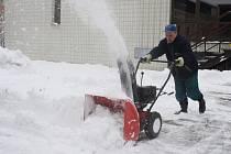 Ve Vsetíně napadlo třicet centimetrů sněhu, jarní očistu proto vystřídala zimní údržba.