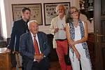 Hraběnka Kira von Zierotin s otcem Otto Klingerem-Zierotinem a manželem (vzadu vpravo) na návštěvě zámku Žerotínů ve Valašském Meziříčí. Vzadu vlevo stojí historik Pavel Lasztovicza; sobota 17. srpna 2019