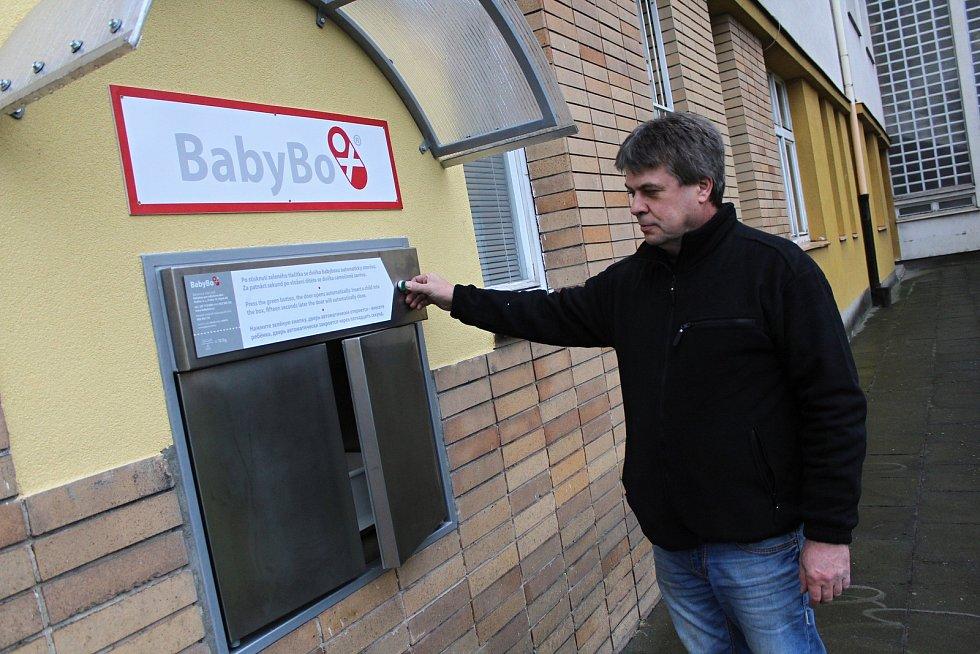Výrobce babyboxů Zdeněk Juřica kontroluje ve čtvrtek 22. listopadu 2018 funkčnost nové schránky instalované v areálu Vsetínské nemocnice.