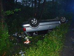 Rychlá jízda opilého řidiče skončila v příkopu nárazem do stromů a na střeše
