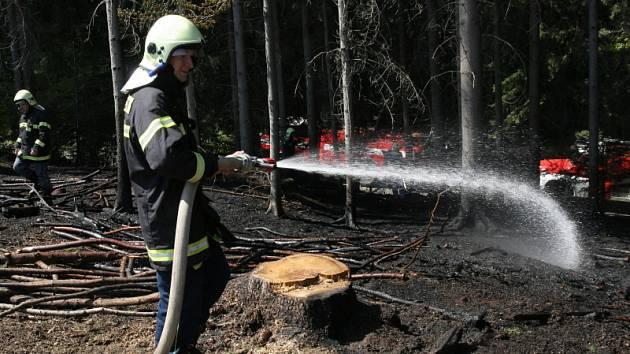 Zásah hasičů u lesního požáru v horách nad Huslenkami.