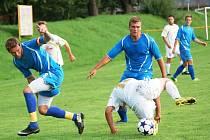 Fotbalisté Prlova (modré dresy) zatím jako nováček v okresním přreboru řádí jako černá ruka.