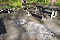 Vandalové poničily ohněm plochu odpočívadla u cyklostezky vedoucí do valašskomeziříčské části Juřinka.