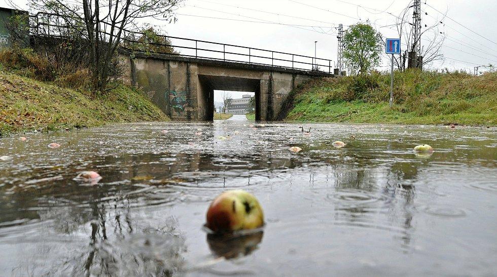 Zatopený a neprůjezdný podjezd - tzv. myší díra - ve vsetínské místní části Poschla; středa 14. října 2020