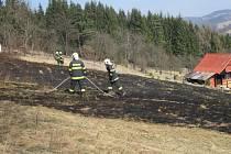 Hasiči tří jednotek zasahovali včera před polednem na místě požáru travního porostu v okrajové části Vsetín – Horní Jasenka.