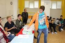 Na šesti školách v okrese Vsetín se uskutečnily 3. a 4. října Studentské volby. Jaký to je pocit, zaškrtnout za plentou svého favorita a vhodit lístek do hlasovací urny, si vyzkoušeli i studenti Střední odborné školy Josefa Sousedíka ve Vsetíně.