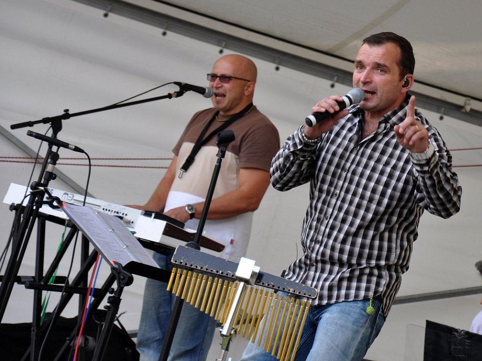Zpěvák Pavel Novák mladší vystupuje se svou kapelou Family na Dni města Zubří při příležitosti desátého výročí od okamžiku, kdy obec získala statut města; Zubří, sobota 8. září 2012