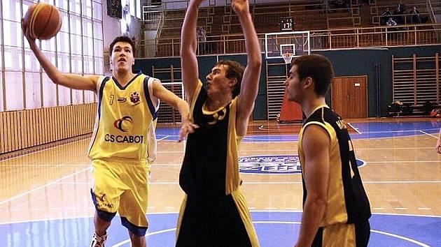 Basketbalisté Valašského Meziříčí U19 (s míčem Jakub Stodůlka).