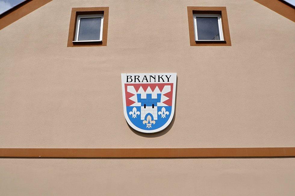Znak obce Branky na průčelí domu na návsi.