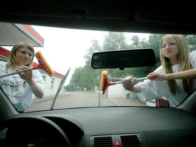 Oblíbenou studentskou brigádou je také umývání oken aut, která zastavují na čerpacích stanicích.