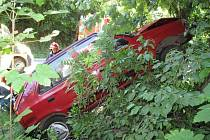 Policisté pátrají po řidiči bílé dodávky s nápisem AUTODÍLY. Kvůli jeho riskantnímu manévru skončilo další vozidlo ve stromu.