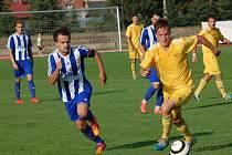 Fotbalisté Velkých Karlovic+Karolinky (žluté dresy) v Hranicích těsně prohráli (1:2).