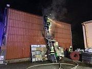 Profesionální a dobrovolní hasiči ze tří jednotek zasahují v noci na 16. dubna 2019 u požáru administrativní budovy firmy v Hovězí na Horním Vsacku.