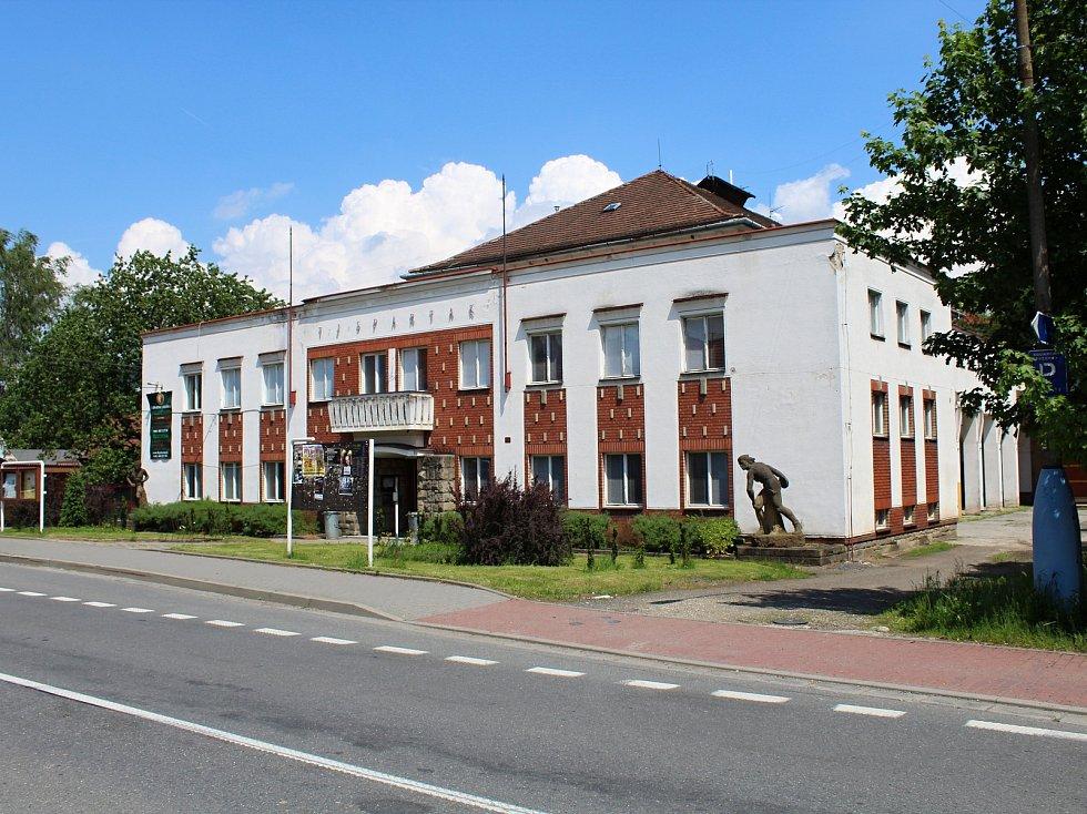 Na poslední fázi série oprav místní sokolovny se mohou těšit sportovci v Jablůnce. Vedení obce má vypracovaný projekt, díky kterému dostane budova novou střechu i novou palubovku.