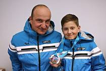 iří Anděl se stříbrnou medailí z olympiády dětí a mládeže spolu se svým otcem Marianem, který byl na olympiádě trenérem mladšího žactva krajské lyžařské výpravy.