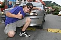 JDE TO I JINAK. Osmnáctiletý koumák Otakar Moudrý upravil retardér u Obecního úřadu v Janové. Řidiči tak v centru obce mohou opět jezdit i stovkou, aniž by si poškodili podvozek.
