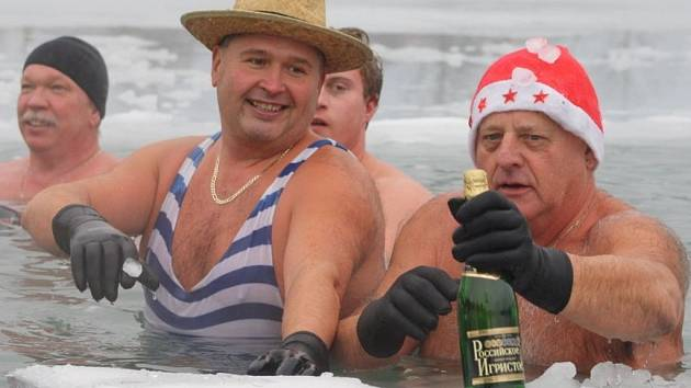 Druhý svatek vánoční využili členové oddílu otužilců Karolinští hřebci ke koupání v Balatonu.