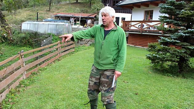 Chovatel Jaromír Machala z Horní Jasenky ukazuje na místo, kde se objevil ze soboty na neděli medvěd. Roztrhal mu pět ovcí.