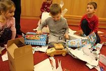 Mladí truhláři ze Střední odborné školy Josefa Sousedíka Vsetín  předali ve středu 20. prosince 2017 ručně vyrobené dřevěné hračky dětem ze vsetínské mateřinky Trávníky.