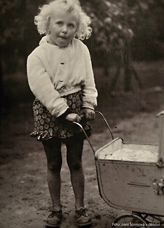 Fotografie z dětství Miloslavy Šormové z Roztok u Prahy. Životní zálibou Miloslavy Šormové byl sběr historických kočárků. Její sbírku v roce 2016 odkoupilo Muzeum regionu Valašsko. Na jejím základě vznikla současná výstava Až přiletí čáp mapující historii