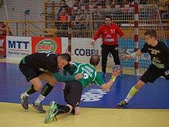 Zubří (zelené dresy) ve druhém čtvrtfinále doma prohrálo s Karvinou 25:30.