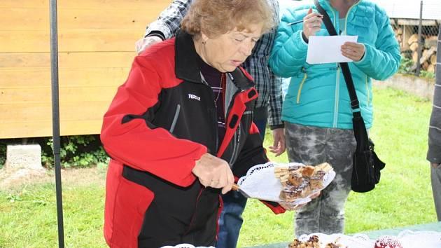 Hana Fialová při přípravě koláčů.
