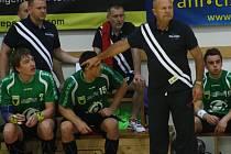 Házenkářský trenér Jiří Kekrt (vpředu před hráči).