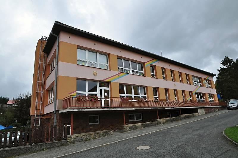 Jablůnka - budova Mateřské školy Jablůnka a místní knihovny