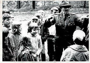 REVÍRNÍK. Revírník Bohuslav Navrátil s dětmi.