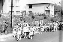 Kultura. Kácení a stavění máje pořádali v Kladerubech hasiči. Na snímku průvod na školní hřiště v roce 1984 při kácení máje.