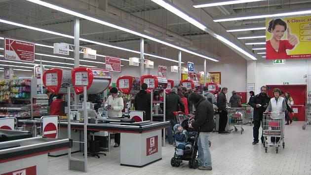 Vsetínské supermarkety zaplnily desítky aut.